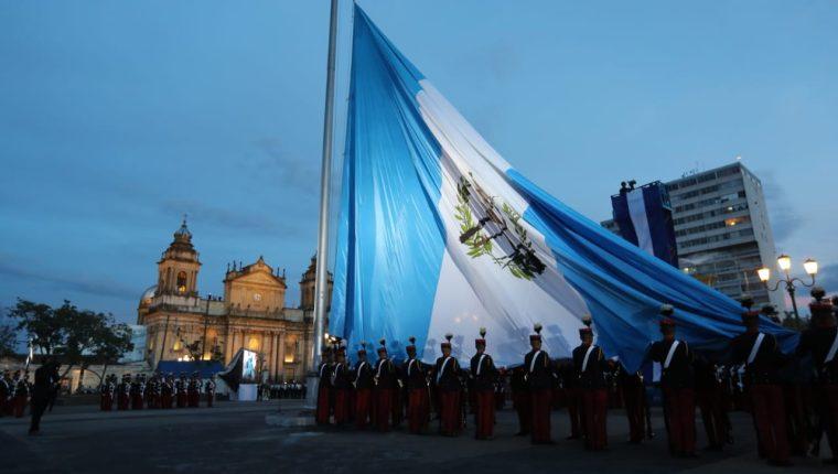 Cadetes izan la bandera en en la Plaza de la Constitución como parte de los actos cívicos para festejar el  15 de septiembre, Día de la Independencia. (Erick Ávila)