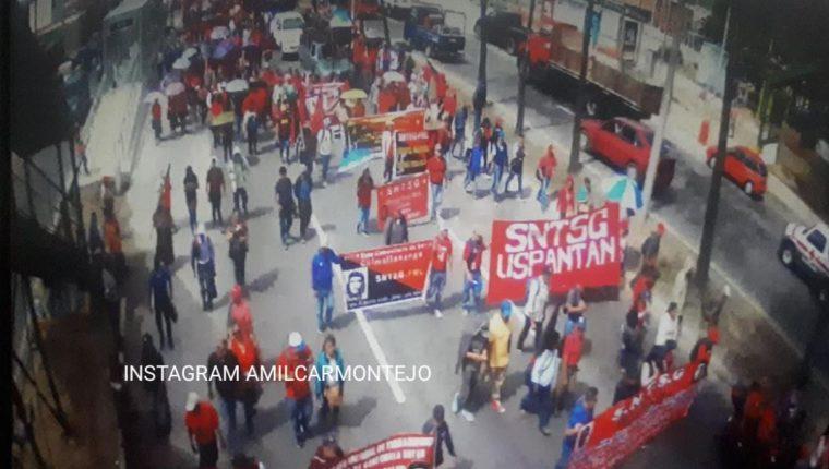 Los salubristas caminan rumbo a la zona 1. (Foto Prensa Libre: Amilcar Montejo)