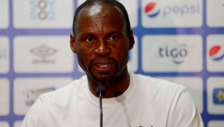 El entrenador de la selección de Anguila Nigel Connor habla durante conferencia de prensa del miércoles previo al partido contra la selección de Guatemala. (Foto Prensa libre: EFE).