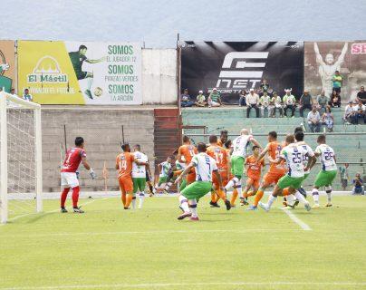 Acción durante el partido entre Antigua y Siquinalá. (Foto Prensa Libre: Julio Sicán Aquino)