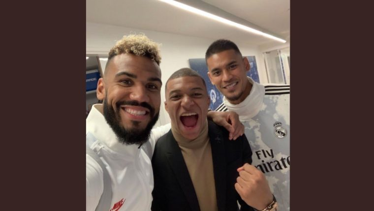 Areola (derecha), guardameta suplente del Real Madrid, se fotografió con Kylian Mbappé y Choupo-Moting, jugadores del PSG. (Foto Prensa Libre: Twitter)