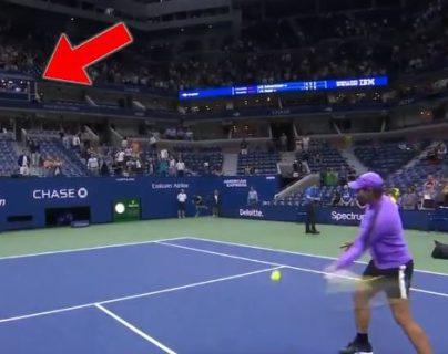 Momento en que Rafa Nadal lanza la bola. (Foto: Twitter/@SozcuSkor)