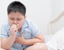 Es una emergencia médica si el niño presenta somnolencia, confusión, desorientación. Además de sufrir dificultad para respirar grave mientras está en reposo. Foto: Prensa Libre, Servicios.