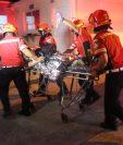 Bomberos Municipales auxilian a Rodolfo Antonio Talé Barrera, de 19 años, al ser ingresado en el Hospital Roosevelt, donde falleció. (Foto Prensa Libre: CBM)