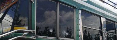 El bus quedó con varias perforaciones por el arma de fuego. (Foto Prensa Libre: Bomberos Voluntarios)