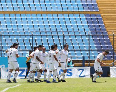 Los jugadores de Comunicaciones celebran el triunfo frente a Iztapa, en la fecha seis del Apertura 2019. (Foto Prensa Libre: Óscar Rivas)