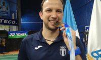 Kevin Cordón muestra la medalla de oro que ganó el Torneo Internacional de Bádminton que se realizó en el país. (Foto Prensa Libre: Luis López).