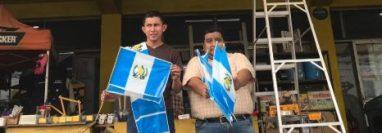Algunas de las banderas que son obsequiadas en la ferretería de Peter Graap. (Foto Prensa Libre: Cortesía).