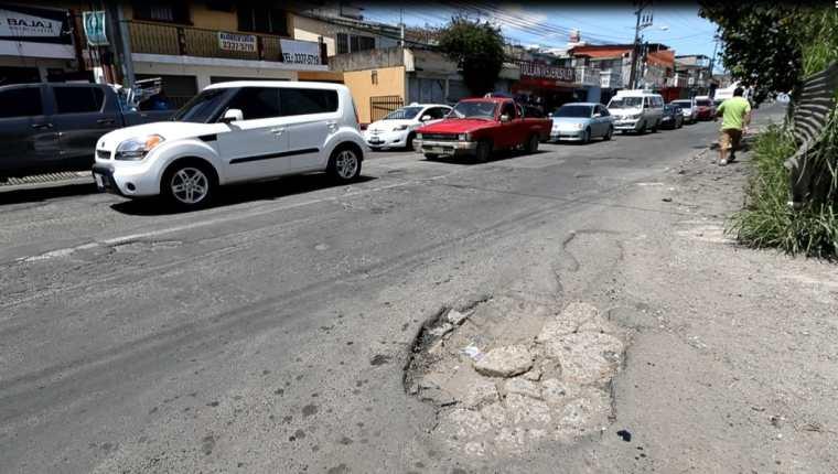 Estado del asfalto en el bulevar San Nicolás, Mixco.(Prensa Libre: Óscar Rivas)