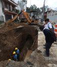 Trabajos para cambiar las tuberías antiguas en la Calle de Los Ensueños. (Foto Prensa Libre: Óscar Rivas)