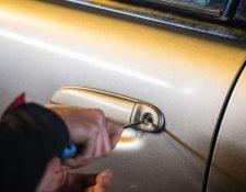 Los señalados abrían los vehículos con diferentes herramientas. (Foto Prensa Libre: Hemeroteca PL)