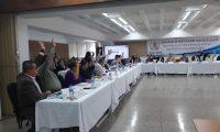 Comisión de Postulación para la Elección de Magistrados de salas de Apelaciones revisa los expedientes que los candidatos que presentaron pruebas de descargo. (Foto Prensa Libre: Andrea Domínguez)