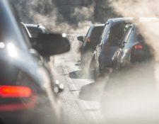 Miles de vehículos crean columnas de humo cada día en las ciudades del mundo. (Foto Prensa Libre: Hemeroteca PL)