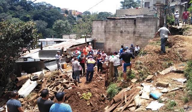 Deslizamientos también han causado daños en viviendas, como ocurrió en la zona 1 de Mixco. (Foto Prensa Libre: Conred).