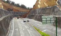 Otro derrumbe ocurrió este sábado en el kilómetro 56 en la ruta del Librameinto de Chimaltenango. (Foto Prensa Libre. Víctor Chamalé)