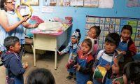 Sonia Menchú, maestra de preprimaria de la Escuela Oficial Rural Mixta Paraje Chuixacol, San Bartolo Aguas Calientes, Totonicapán, destaca por su esfuerzo para hacer felices a los niños, inspira a reciclar y  junto a sus compañeros hace actividades para ayudar a  la comunidad.  Menchú quien es maestra por vocación desde hace 19 años, ha pasado 12 de estos en el área rural, llegar a su clase es una tarea difícil, su día laboral comienza a las 5 horas, después de transportarse en dos buses  y una caminata de 30 minutos, esta lista para enseñar a los niños de 3 a 6 años.