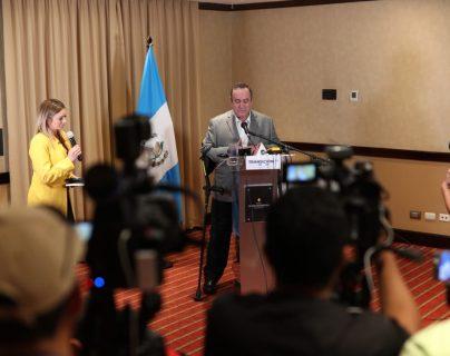 El presidente electo, Alejandro Giammattei en conferencia de prensa presenta a Vanesa Funes de Fonseca como la vocera de la presidencia. (Foto Prensa Libre: Carlos Hernández Ovalle)