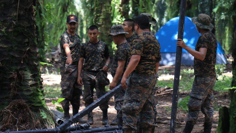 Elementos del Ejército instalan más carpas en el ingreso a Semuy 2, El Estor, Izabal, donde se encuentra instalado un destacamento militar. (Foto Prensa Libre: Dony Steward)