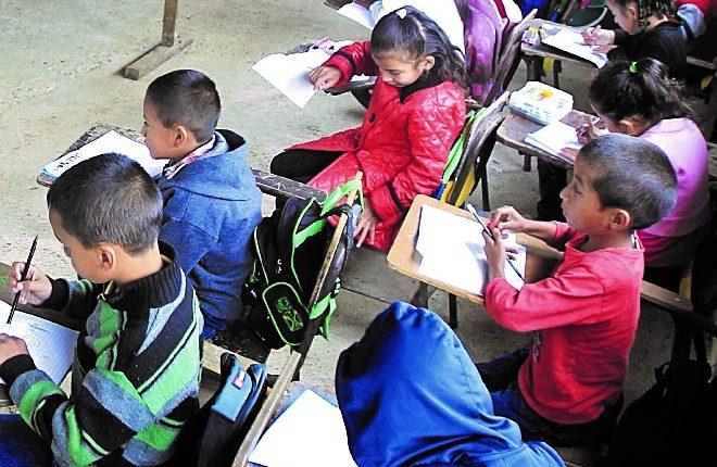 En el proyecto de Presupuesto del 2020 se contempla un seguro escolar para brindar atención médica a estudiantes de preprimaria y primaria, para lo que las nuevas autoridades piden Q180 millones. (Foto Prensa Libre: Hemeroteca PL)
