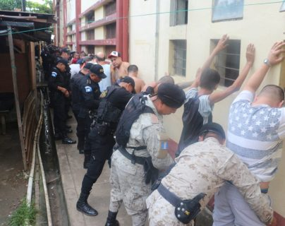 Agentes de la Policía Nacional Civil hacen una requisa en el centro penal de Puerto Barrios. (Foto Prensa Libre: Cortesía)