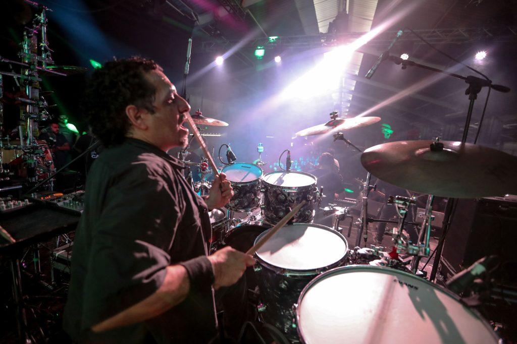 """Sergio Fernández """"Taz"""" demostró su habilidad en la batería con Alternativa, banda que arrancó la jornada musical. (Foto Prensa Libre: Keneth Cruz)"""