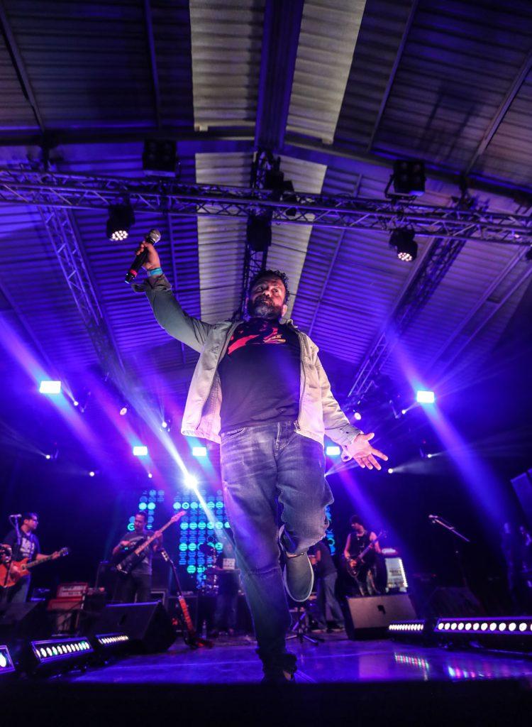 Armando Pineda de Alternativa, interpretó temas de Ricardo Andrade y los asistentes se llenaron de nostalgia. (Foto Prensa Libre: Keneth Cruz)