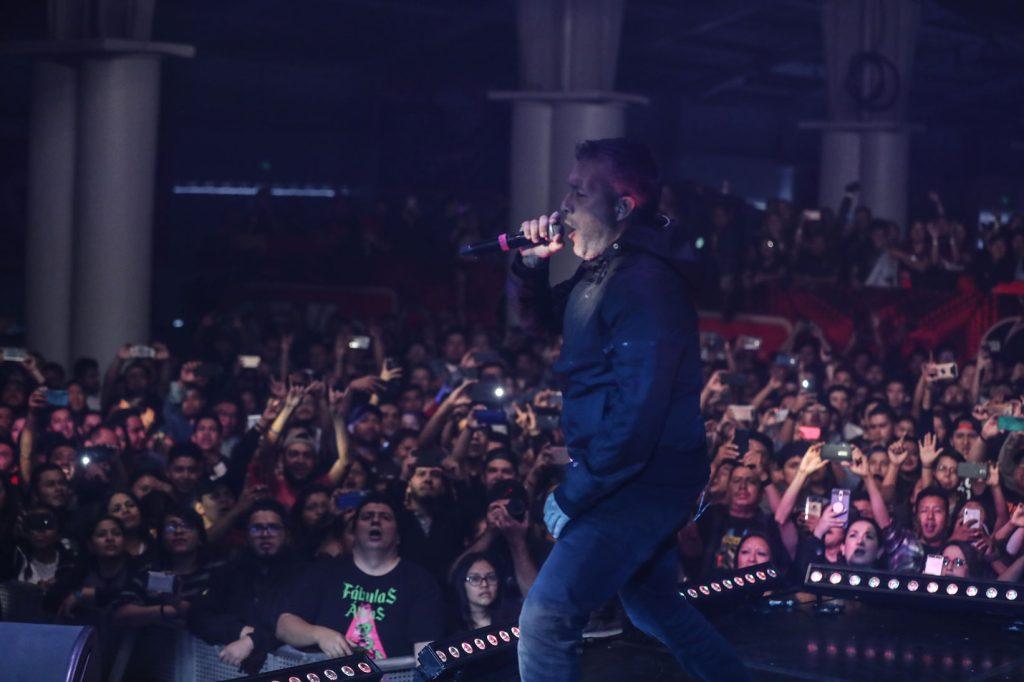 Gilberto Lemus, vocalista de Fábulas Áticas derrocho energía en el escenario y deleitó a sus admiradores. (Foto Prensa Libre: Keneth Cruz)