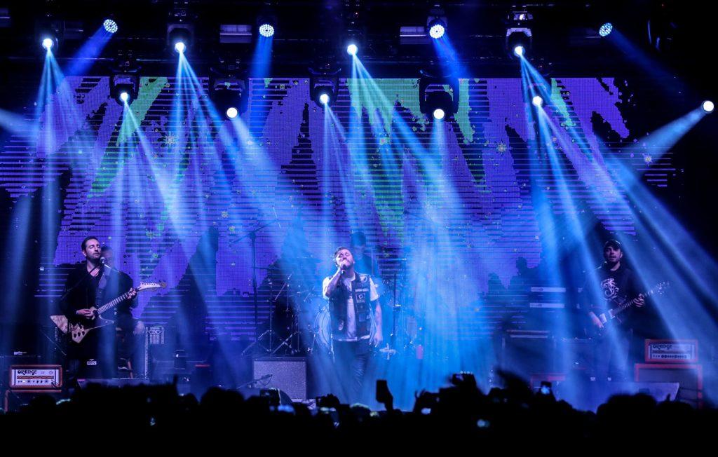 El Clubo impuso su estilo en el escenario y sus músicos derrocharon energía en el escenario. (Foto Prensa Libre: Keneth Cruz)