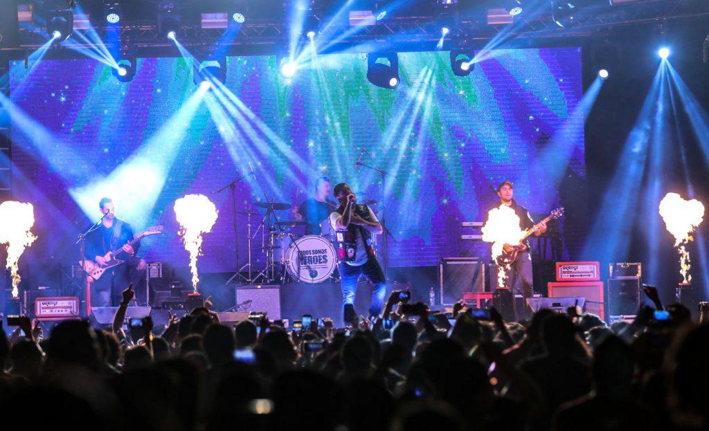 Además de música, El Clubo brindó un espectáculo en el que incluyó luces y visuales. (Foto Prensa Libre: Keneth Cruz)
