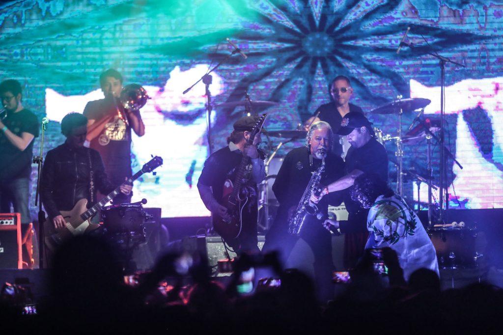 """El show de El Tambor de la Tribu contó con varias sorpresas, entre ellas, la participación de la banda Alux Nahual y juntos interpretaron el tema """"Fiesta privada"""". (Foto Prensa Libre: Keneth Cruz)"""
