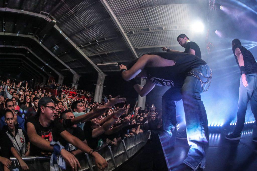 Los músicos de Viento en Contra se despidieron del escenario y saludaron a sus admiradores. (Foto Prensa Libre: Keneth Cruz)