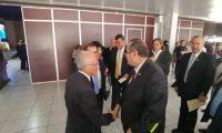 Alejandro Giammattei saluda al presidente del TSE antes de iniciar con el proceso de entrega de credenciales. (Foto Prensa Libre: La Red)