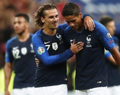Griezmann y Varane festejan la victoria de Francia frente a Andorra. (Foto Prensa Libre: AFP).
