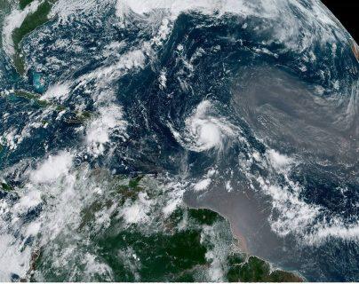 La Administración Nacional Oceánica y Atmosférica (NOAA) y el Centro Nacional de Huracanes (NHC), alertan sobre el huracán Jerry. (Foto Prensa Libre: EFE)