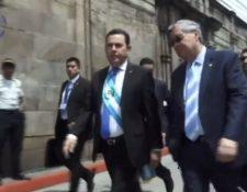 Jimmy Morales camina junto a Jafeth Cabrera caminan hacia el Congreso de la República. (Foto Prensa Libre: captura de pantalla)