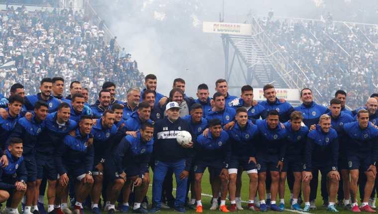 Diego Maradona posa con el equipo de jugadores de su nuevo equipo Gimnasia de la Plata. (Foto Foto Prensa Libre: EFE).