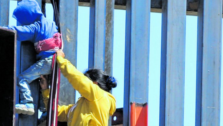 Migrantes intentan ingresar a Estados Unidos desde las zonas fronterizas. (Foto Prensa Libre: Hemeroteca PL)