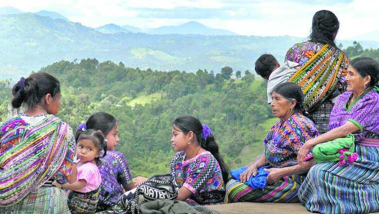 Pese a que las mujeres indígenas han logrado alcanzar una mayor talla continúan siendo más bajas que las mujeres ladina. (Foto Prensa Libre: Hemeroteca PL)
