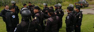 Agentes de la PNC en el área de conflicto entre vecinos de Nahualá y Santa  Catarina Ixtahuacán. (Foto: Prensa Libre)