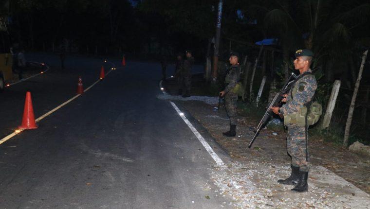 Soldados se ubican desde la noche de este 7 de septiembre en operativos de carretera en sectores de Izabal. (Foto Prensa Libre: Dony Stewart).