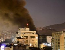El humo se podía observar por varias cuadras. (Foto Prensa Libre: @NoticiasdoRJ1)