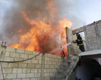 El fuego amenaza con extenderse a otras viviendas. (Foto Prensa Libre: Bomberos Voluntarios)