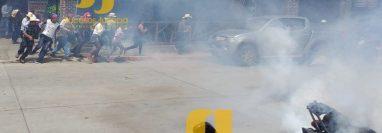 Pobladores salen huyendo en medio de las bombas lacrimógenas. (Foto Prensa Libre: Sucesos Jutiapa)