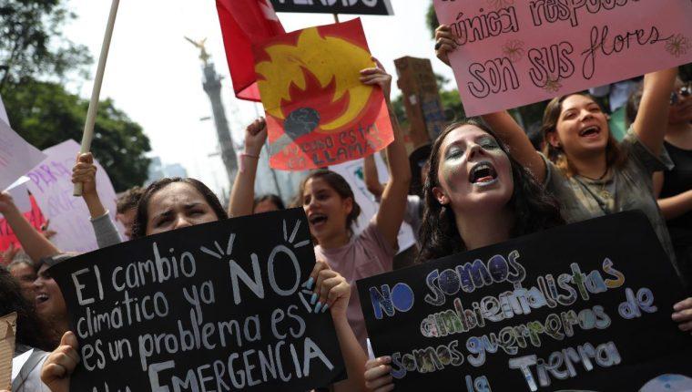 Miles de personas marchan este viernes en la Ciudad de México como parte del movimiento Fridays for Future, que se realiza de manera simultánea en varios países. (Foto Prensa Libre: EFE).