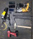 Las herramientas que llevaban los supuestos integrantes de la banda de saqueadores de negocios. (Foto Prensa Libre: PNC)
