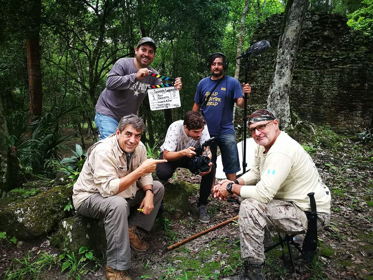 Ricky López, junto a su equipo de producción, durante el rodaje de Serpiente Emplumada.