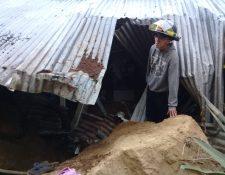 Una roca de gran tamaño cayó sobre la vivienda. (Foto Prensa Libre: Bomberos Voluntarios)