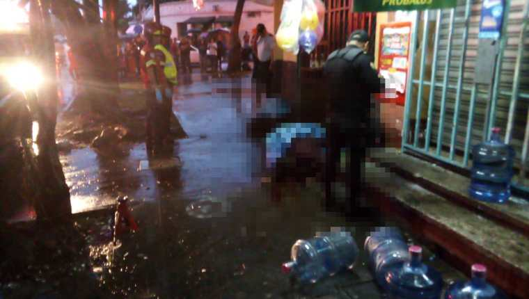 PNC resguarda la escena del crimen. (Foto Prensa Libre: PMT)