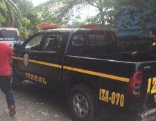 Policías resguardan el lugar en el que fue ultimado un motorista este sábado en Izabal. (Foto: Dony Stewart)