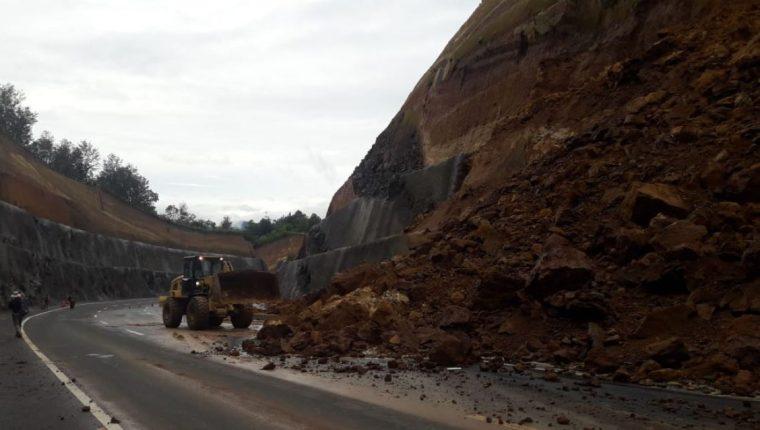 Derrumbe obstruye paso a hacia la capital. (Foto Prensa Libre: Víctor Chamalé)